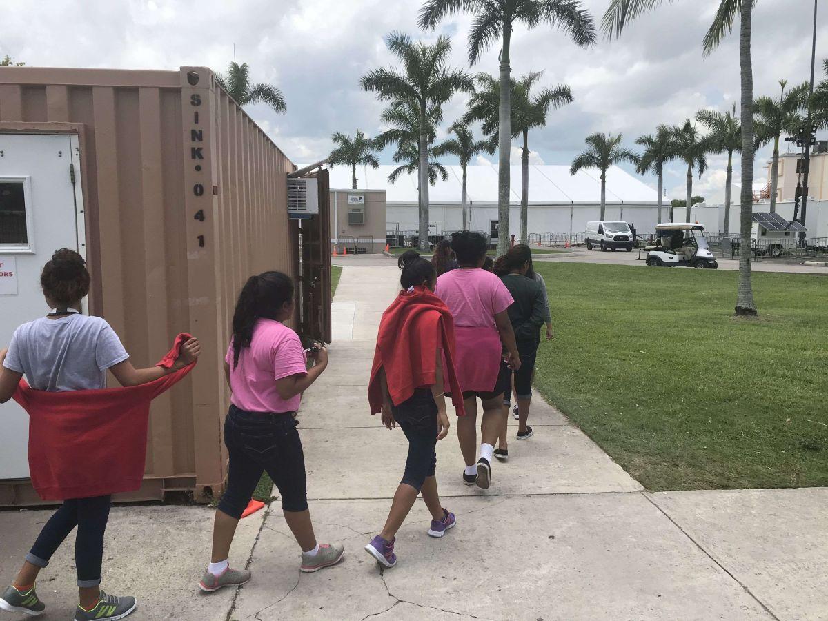 Niños inmigrantes detenidos en el Refugio Temporal de Homestead, Florida.