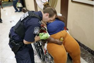 VIDEO: Agente fronterizo latino vigila a mamá inmigrante mientras la atienden de urgencia