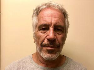 """Epstein no se suicidó, """"fue asesinado"""": ex jefe forense de NYC revisa muerte de amigo de Trump y Clinton preso por abuso de menores"""