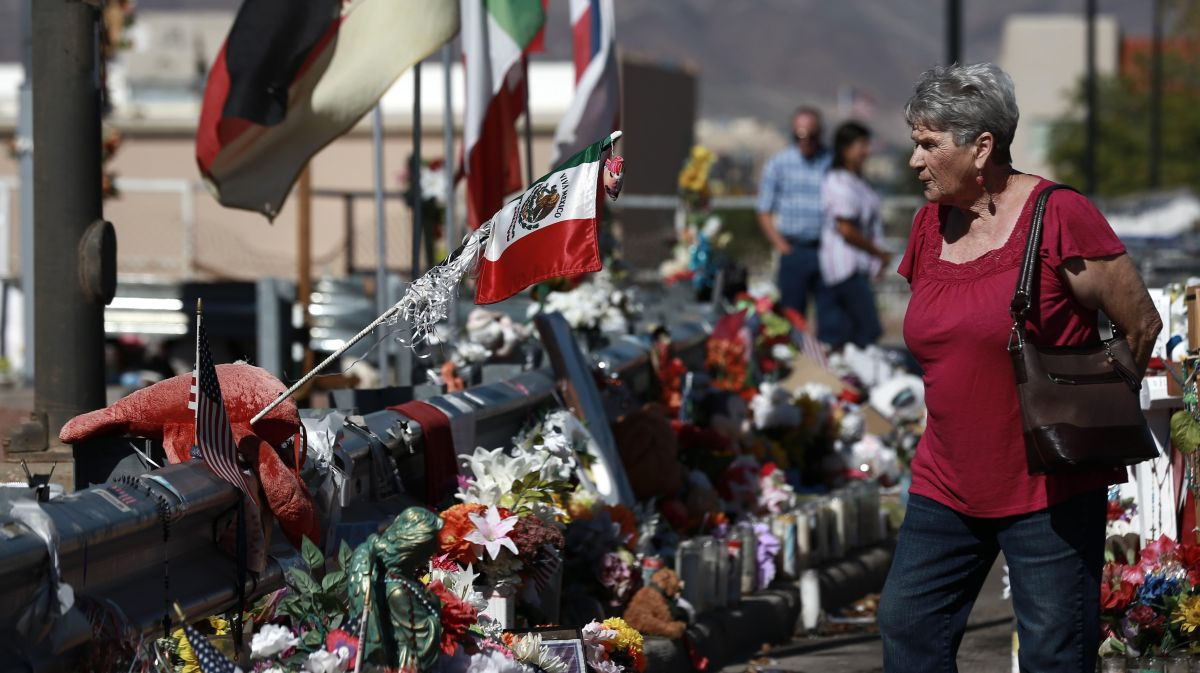 Un memorial en el centro comercial Walmart de la ciudad de El Paso recuerda a los muertos en la masacre.