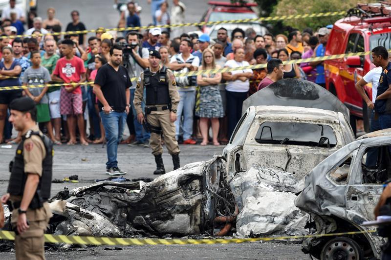 VIDEO: Tres muertos en Brasil tras desplomarse avioneta sobre autos