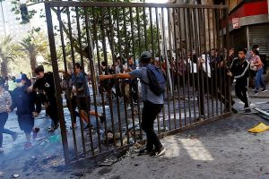 """El video que recopila más de 60 escenas brutales de la """"represión"""" en protestas de Chile"""