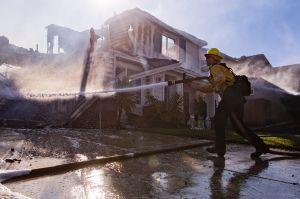 Crecen los incendios en California y comienzan los cortes de energía
