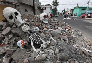 Calaveras gigantes salen del asfalto para celebrar el Día de Muertos en México