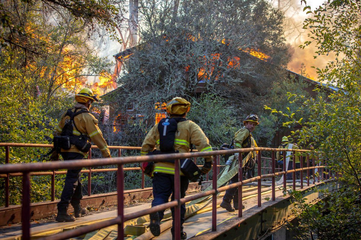 Ofrecen ayudas a cientos de miles de familias afectadas por incendios de California