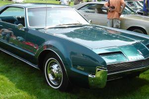 Amor a los clásicos: Este hombre es dueño de 26 Oldsmobile, mira su colección