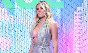 Karol G baila con un vestido abierto, sin sostén y al final se le salió un seno en pleno video