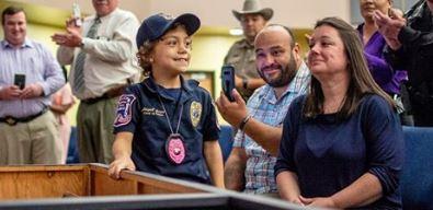 Niña que sueña con ser policía y se inspira con José Altuve tiene una batalla muy dura contra el cáncer