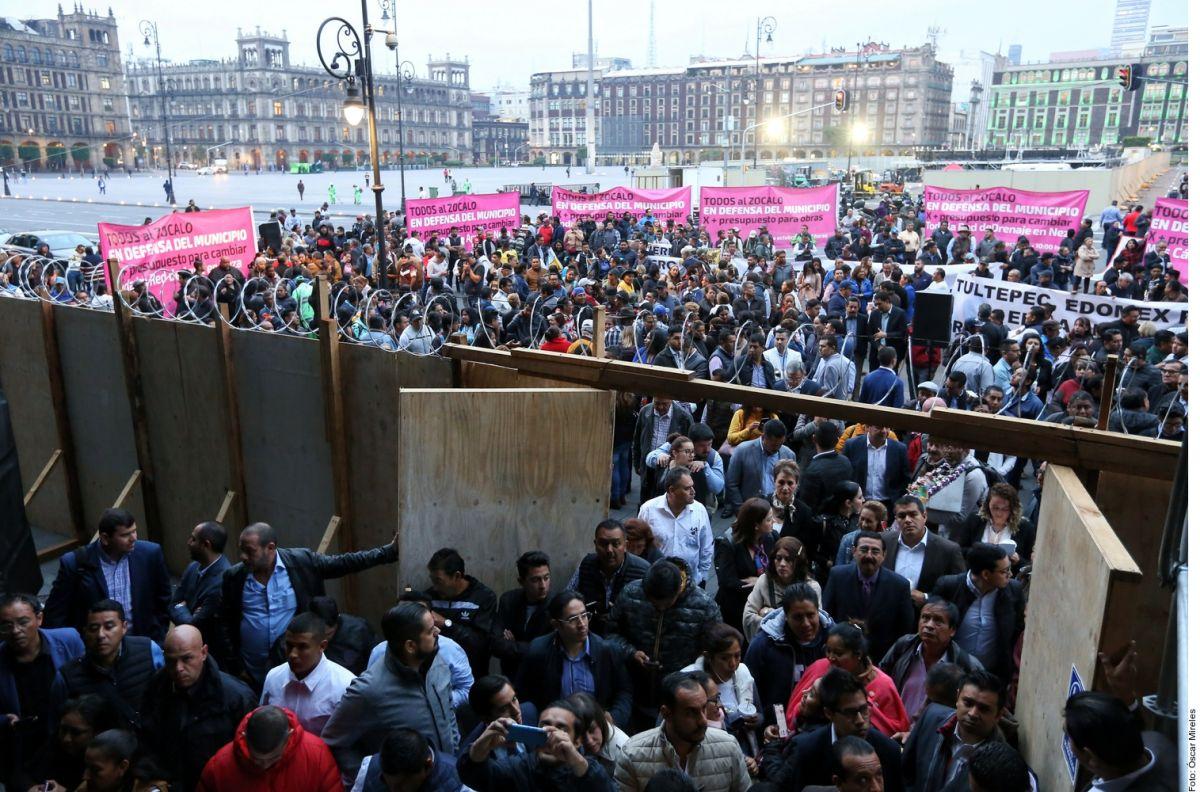 Gobierno de AMLO lanza gas lacrimógeno a alcaldes que protestaban en Palacio Nacional