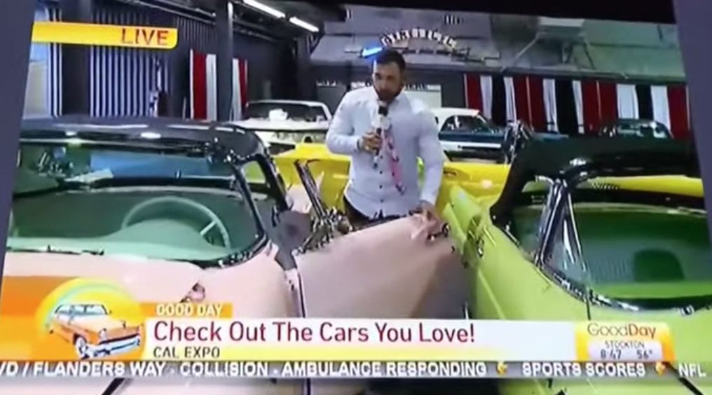 Despiden a reportero por dañar un auto clásico durante transmisión en vivo