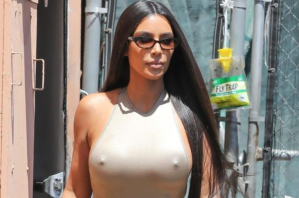 Kim Kardashian confiesa haber usado cinta aislante ¡en los senos!