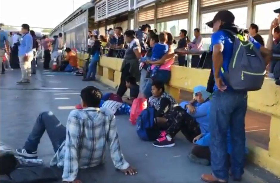 VIDEO: Inmigrantes bloquean puente de Tamaulipas a Texas para exigir asilo en Estados Unidos