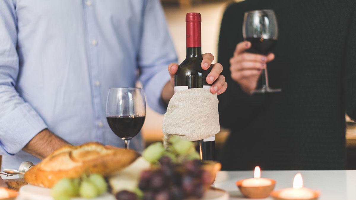 ¿Por qué los restaurantes cobran hasta el triple por una botella de vino?