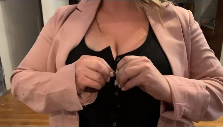 VIDEO: Oculta una cámara en su escote para descubrir cuántas personas le miran los pechos y el resultado es de impacto