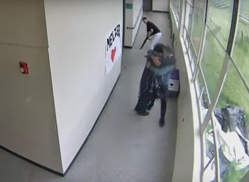 Video muestra a un entrenador de Oregon que desarma a un estudiante y lo abraza antes de que llegue la policía