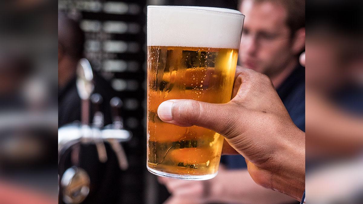 """El gobernador de Texas firma ley que permite comprar bebidas alcohólicas """"para llevar"""" de manera permanente"""