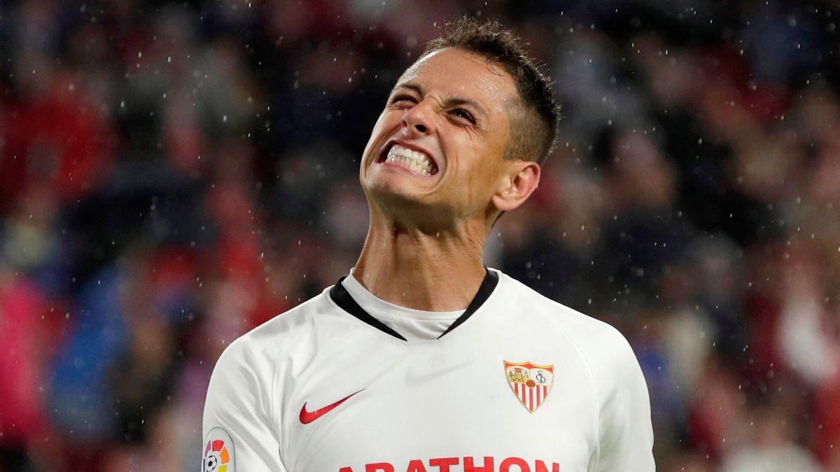 Le anulan gol a 'Chicharito' en triunfo de Sevilla ante Levante