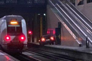 Maneja su auto por la vía del tren hasta la estación y dice que lo hizo por despiste