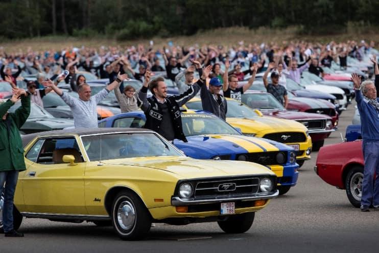 Ford rompe récord de Mustangs congregados en un desfile en Bélgica, donde las ventas del coupé son mayores que en toda Europa