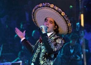 """Alex Fernández Jr. se reconcilia con su padre y le dedica su nuevo sencillo """"El tiempo no perdona"""""""