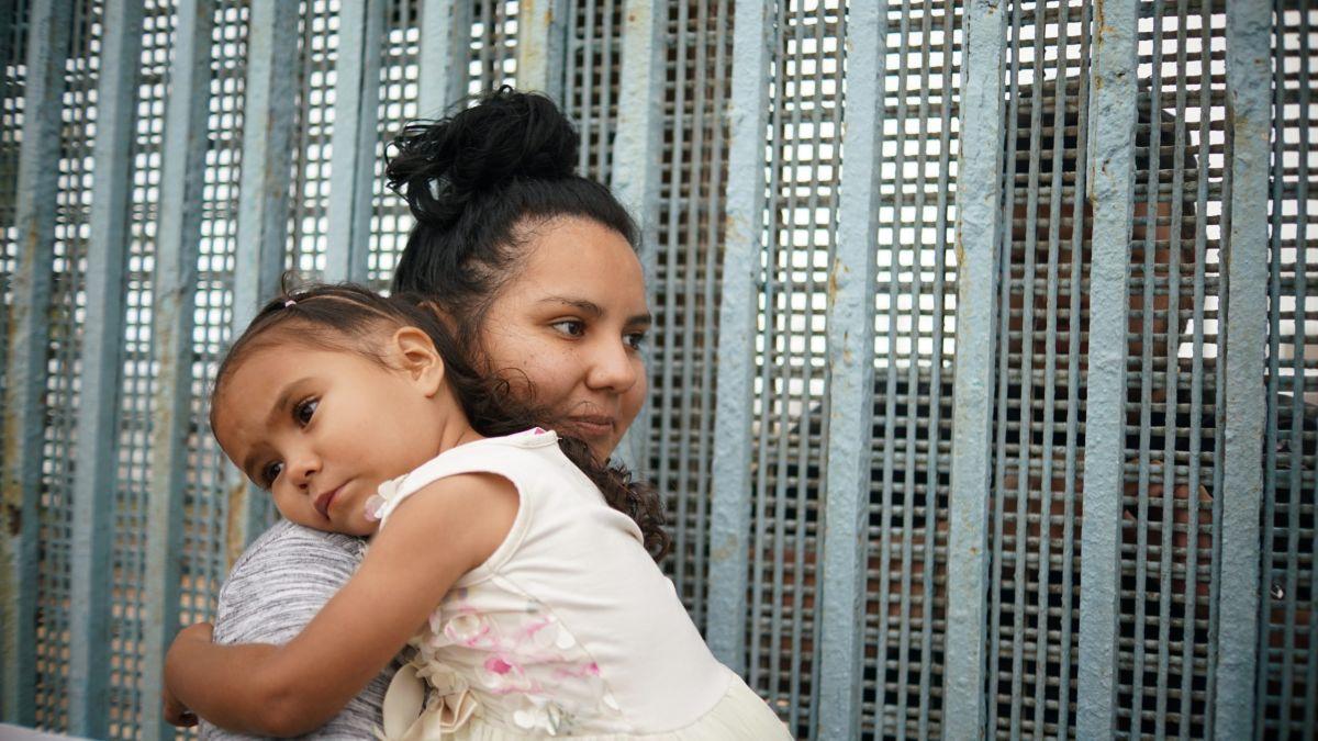 Feliz cumpleaños en la frontera Tijuana-San Diego a una niña con familia separada