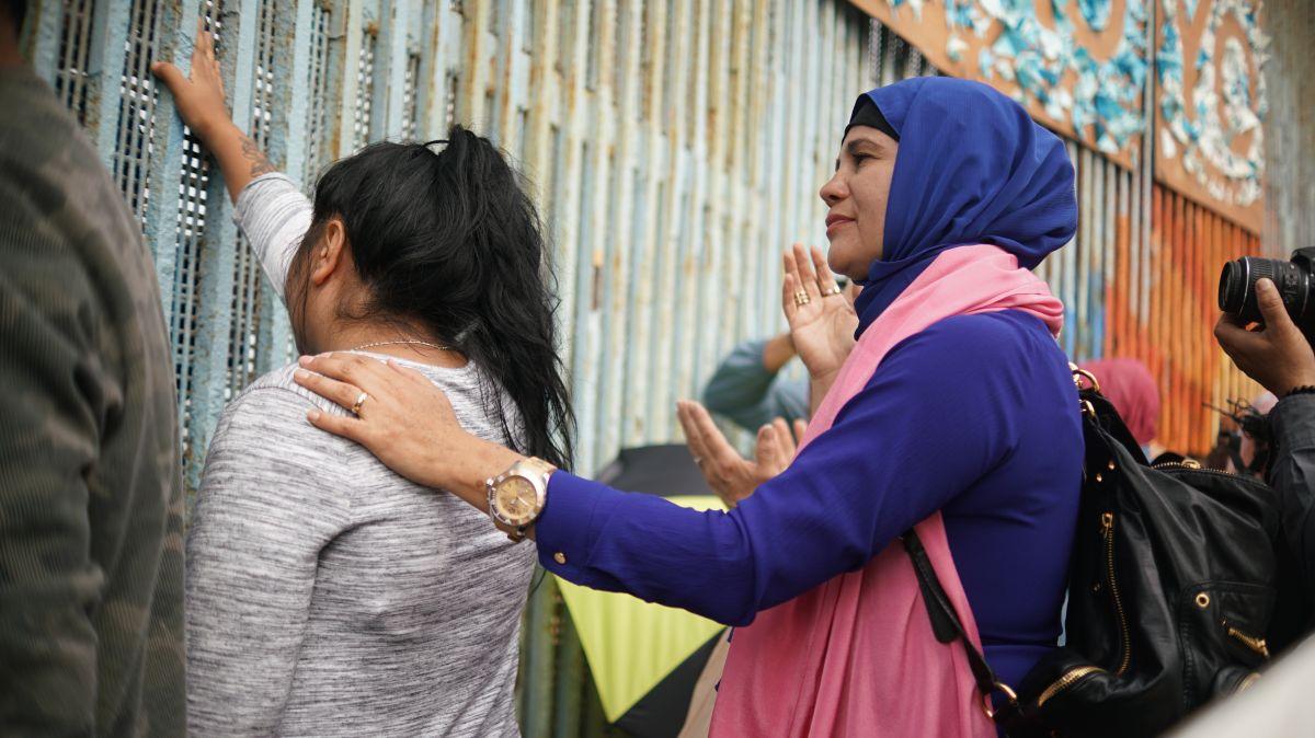 Se une en oración la congresista Rashida Tlaib a musulmanes, cristianos y budistas en Tijuana