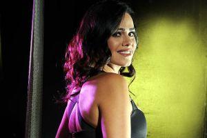 Posando bajo el sol, Luz Elena González luce su retaguardia con un pequeño bikini