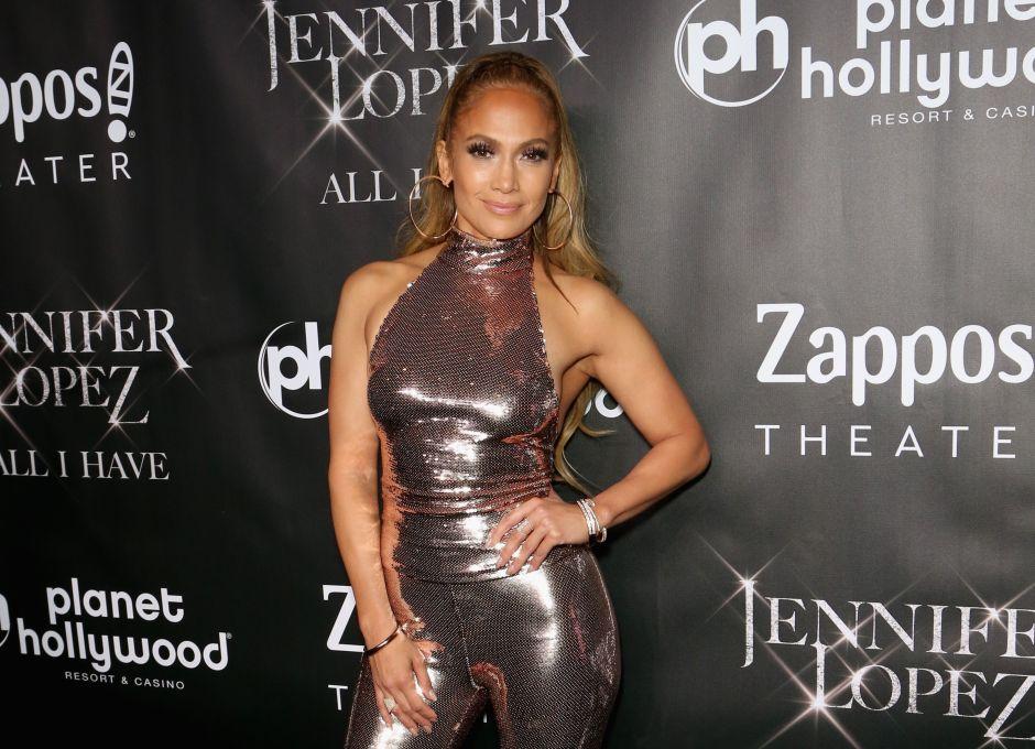 Jennifer Lopez causa controversia por el vestuario que luce en una fotografía