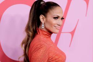 Jennifer López impacta con sus curvas en los iHeart Radio cantando tema de Selena Quintanilla