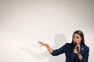 Latino quiere frenar a Alexandria Ocasio-Cortez. Competirá contra ella en primarias demócratas