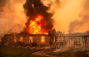Gobernador promete reforzar la lucha contra los incendios en California a pesar de los gastos por COVID-19