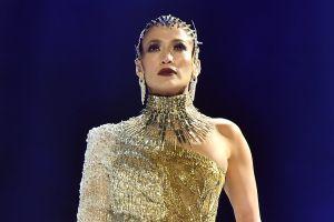 Jennifer López muestra la pechonalidad en nueva campaña de Versace