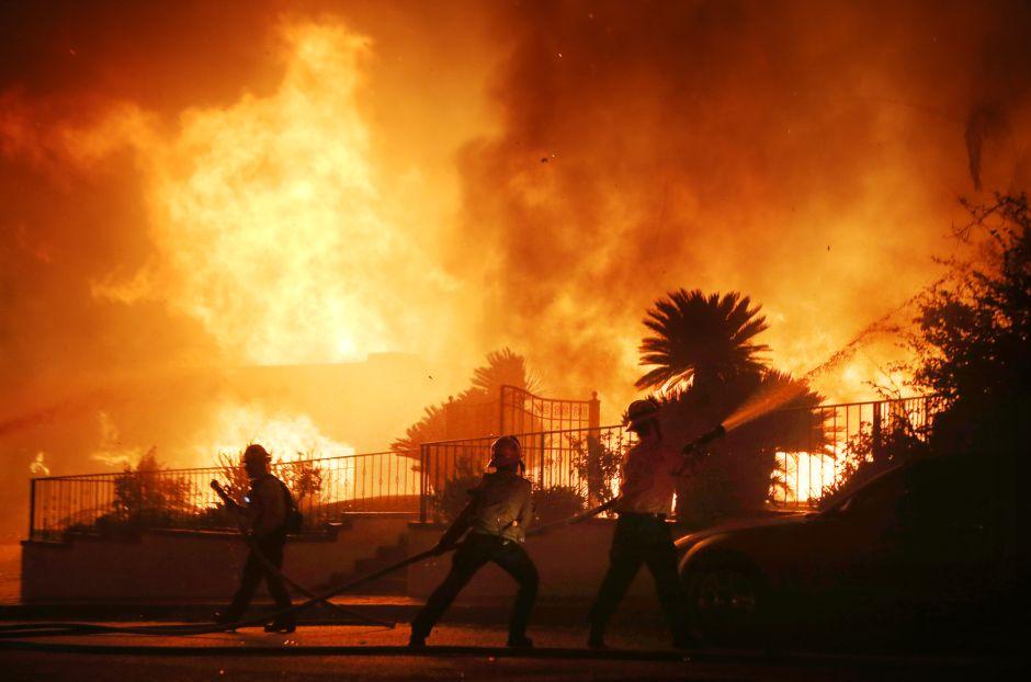 Bomberos logran avanzar contra el incendio Saddleridge gracias a vientos más calmados