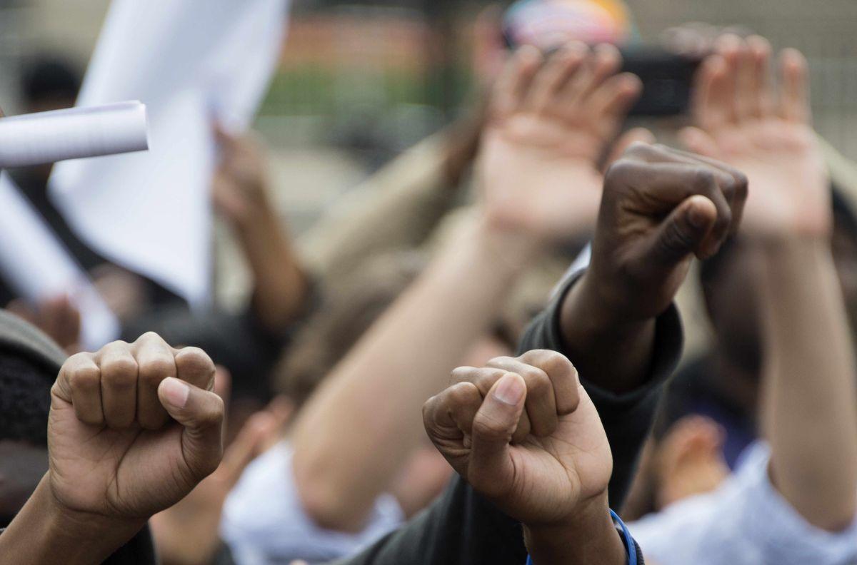 El sociólogo Carlos Indacochea apunta que Trump tiene la responsabilidad de aplacar el racismo.