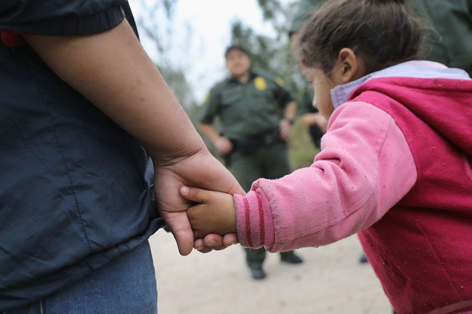 Con osos de peluche logran ayuda para decenas de inmigrantes