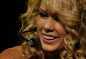Taylor Swift recuerda sus inicios a 13 años del lanzamiento de su primer álbum