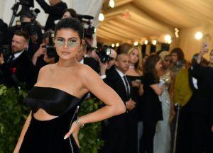 Kylie Jenner enciende Instagram con ardientes poses en un sensual enterizo rojo de cocodrilo