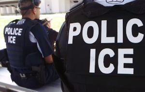 Activistas cuestionan ingreso de agentes de ICE a escuela pública de Nashville, Tennessee