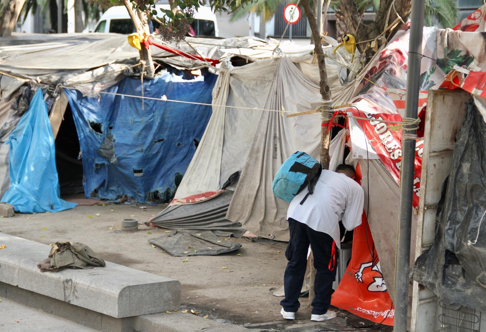 Armando V, deportado de Anaheim, visita el campamento de desamparados donde vivió mucho tiempo.