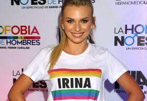 Irina Baeva se graba en el baño, luciendo un trikini blanco y su perfecto bronceado