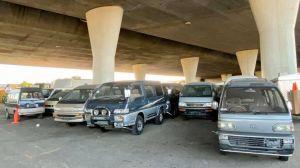 ¿Por qué hay una colección de vans japonesas debajo de un puente en California?