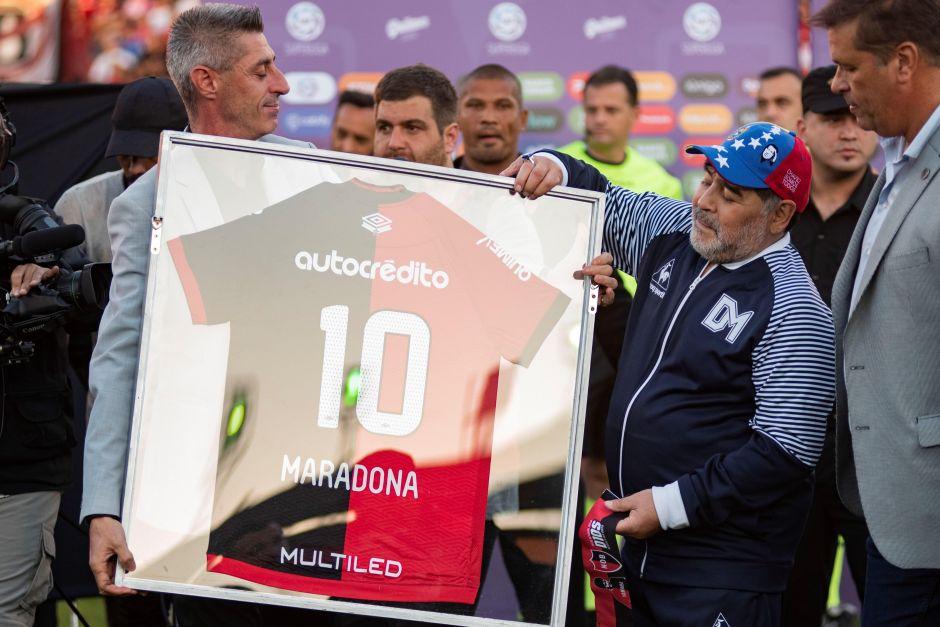 Cada quien sus locuras: El equipo rival homenajeó a Maradona y le puso un trono para que dirigiera desde ahí