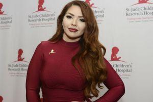 La hija de Marisela expone sus curvas en la playa, usando un sexy traje de baño rojo
