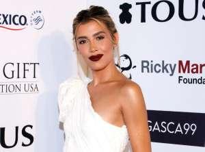 Michelle Salas expone su belleza posando desde un yate con sexy bikini rojo