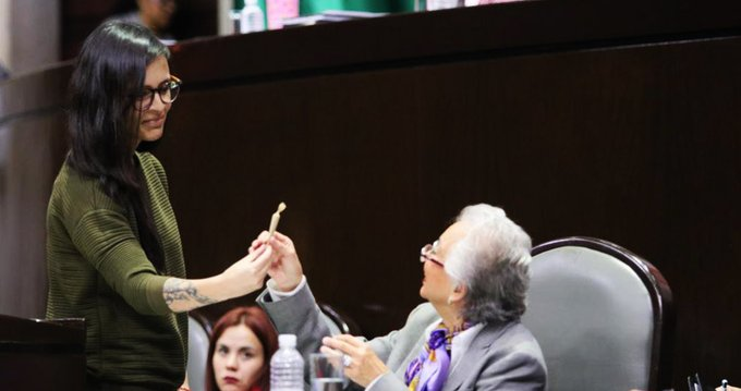 Diputada mexicana regala cigarro de marihuana a secretaria de Gobernación