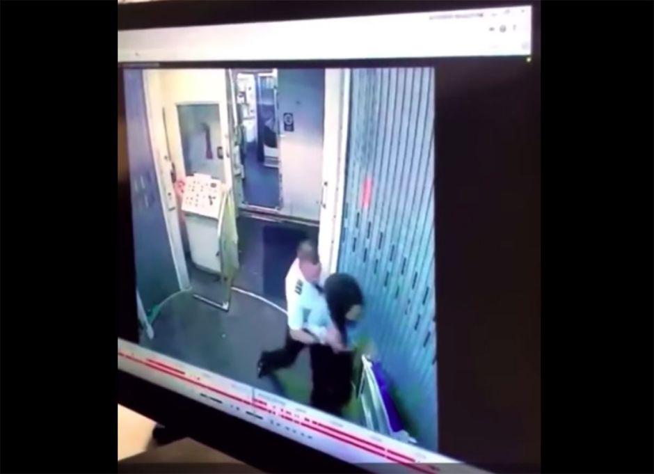VIDEO: Piloto de aerolínea escupe y golpea a una compañera de trabajo