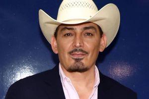 José Manuel Figueroa fue víctima de un fraude, pero siguiendo los consejos de su padre, cantó sin cobrar