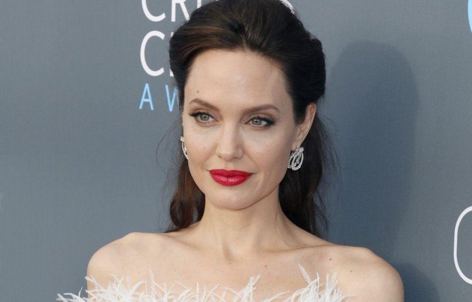 5 productos que te ayudarán a aumentar el grosor en tus labios y lucir como Angelina Jolie