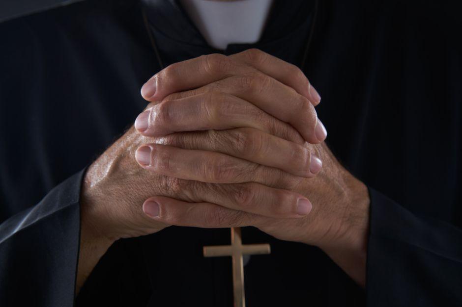 """Detienen a pastor que abusaba sexualmente de sus feligreses pues así """"les sacaba el demonio"""""""