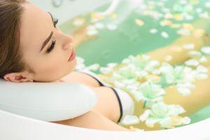 6 productos por menos de $15 que te harán relajarte y disfrutar mucho más de tu baño